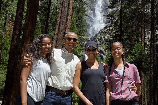 Obama_firstfamily_Park_whitehouseogv