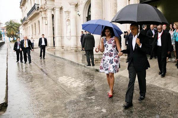 Obamas_rain_hands_whitehousegove
